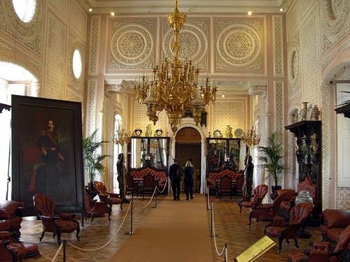 Ein Blick durch den großen Empfangssaal des Palácio Nacional da Pena in Sintra