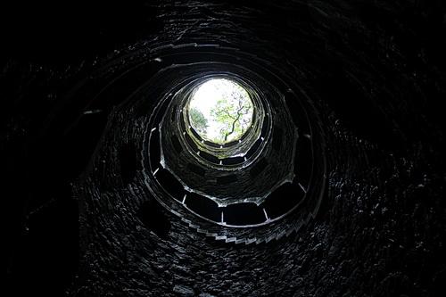 Foto vom unteren Ende des Brunnens nach oben zum Himmel