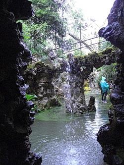 Ausblick vom Tunnelsystem aus durch einen kleinen Wasserfall