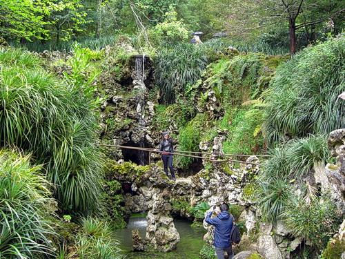üppiges Grün in den Parkanlagen der Quinta da Regaleira in Sintra