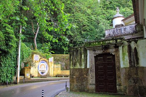 die Straße zur Quinta da Regaleira in SIntra