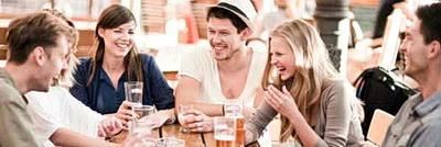 Eine Gruppe der Münchner Singles im fröhlichen Gespräch