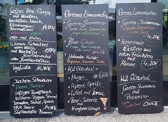 Drei Tafeln mit Angeboten des Restaurants