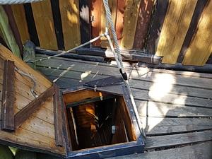 Falltür zum unteren Wohnbereich des Trollhauses