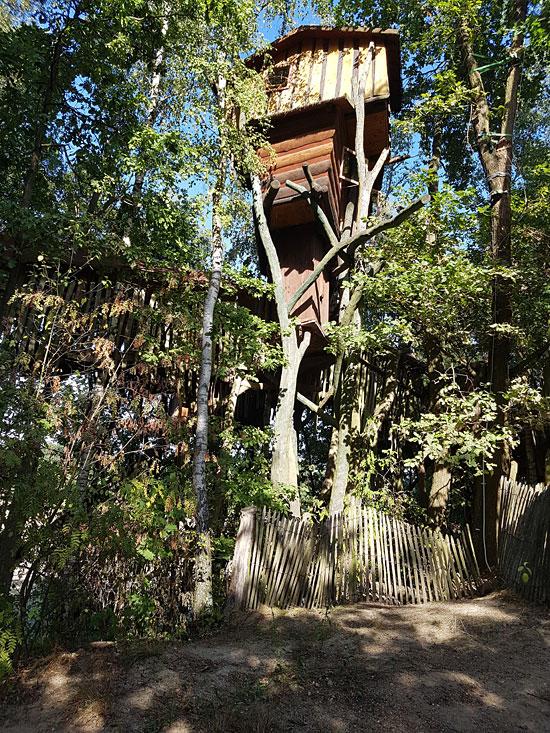 Das Foto zeigt das Judka Trollhaus mitsamt den Bämen, in das es hineingebaut wurde