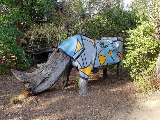 Ein Nashorn aus Holz in Turisede