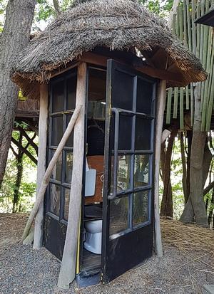 Eine Toilette, in einer Telefonzelle eingebaut