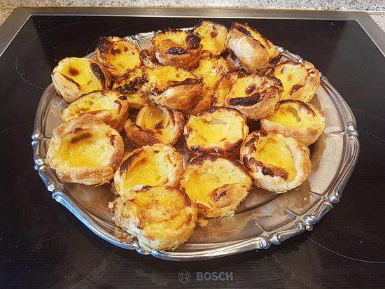 Foto mit den fertig gebackenen Pastéis de Nata