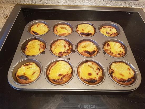Foto mit den fertig gebackenen Pastéis de Nata, hier noch auf dem Muffin-Blech