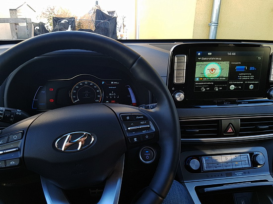 Foto des Cockpits des Hyundai Kona Electric