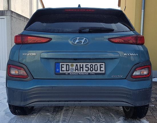 Foto von der RÜckseite des Hyundai Kona Electric